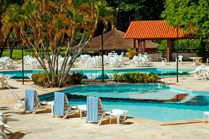 espreguicadeiras-frente-piscina