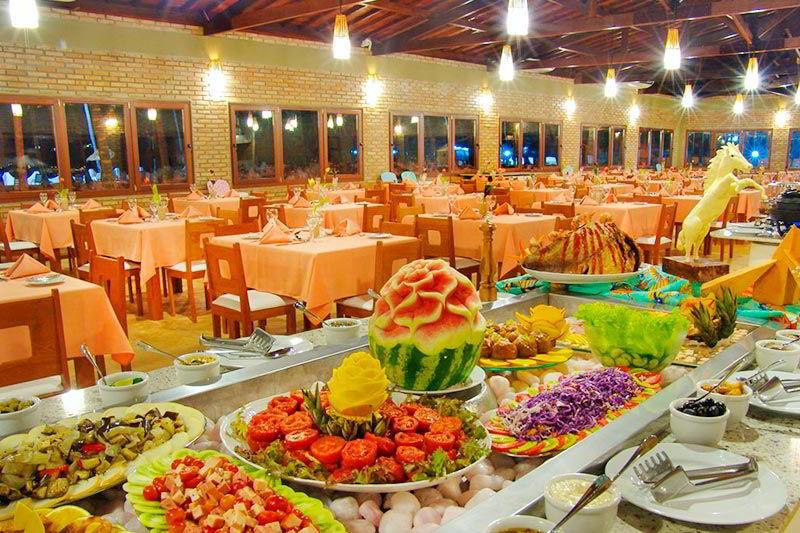 Buffet com diversos alimentos servidos para refeição dos hospedes