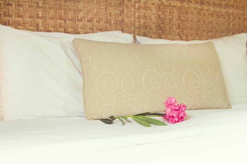 Detalhes dos travesseiros e colchas postas nas acomodações