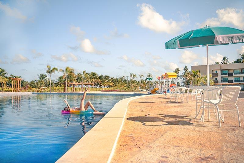 Diversão garantida com todo lazer na piscina do resort