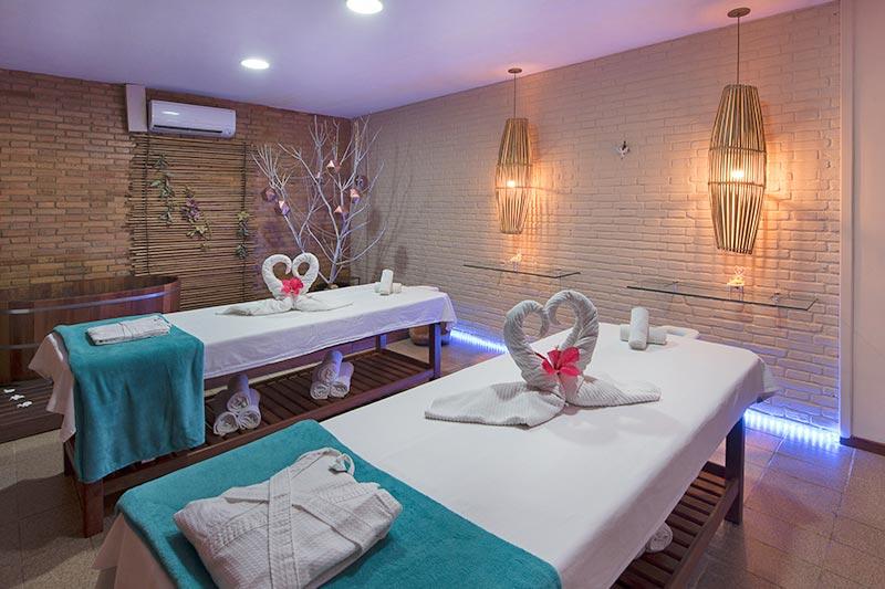 Espaço Spa com camas de massagens com tecnicas de banhos, pedras vulcânicas, manicure e cabelereiro.
