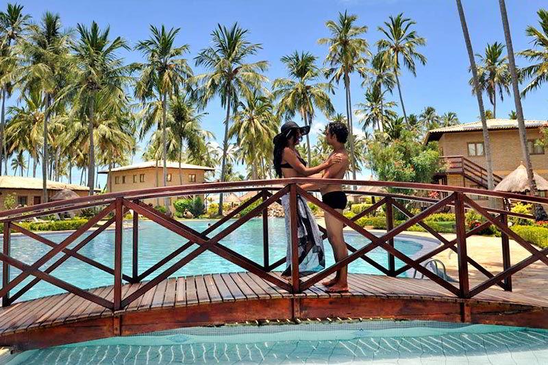 Par romântico em cima da ponte da piscina