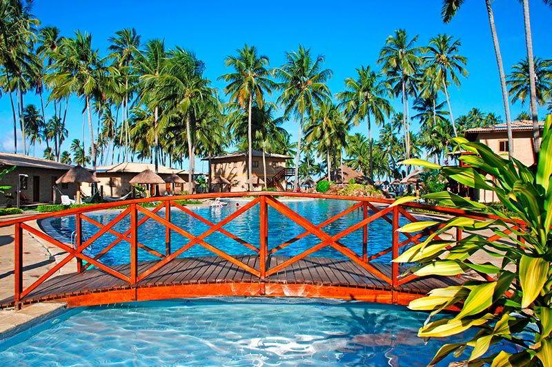 Ponte de madeira com vista panorâmica da piscina