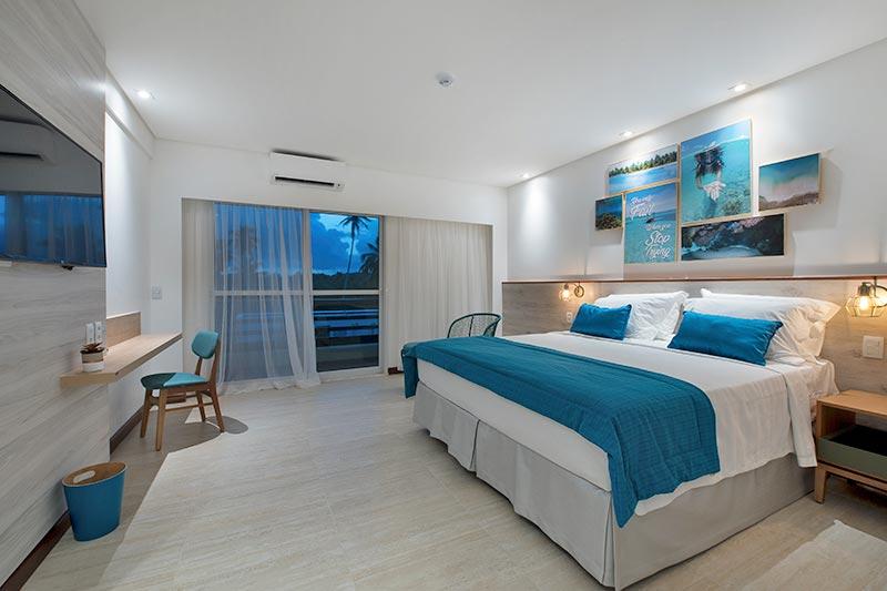 Quarto família detalhes em azul na cama casal