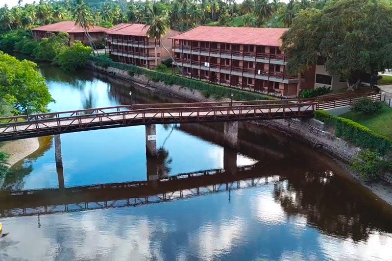 Rio Maragogi com detalhes da fachada dos apartamentos
