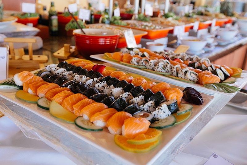 Sushi servido como várias outras opções de refeições