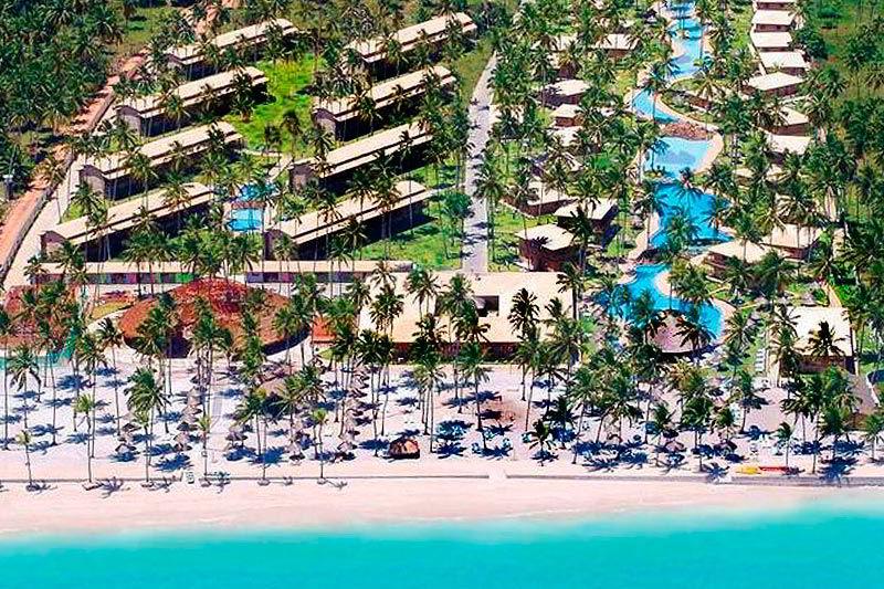 Vista aérea frontal do Grand Oca Maragogi com aguas cristalinas considerado caribe brasileiro