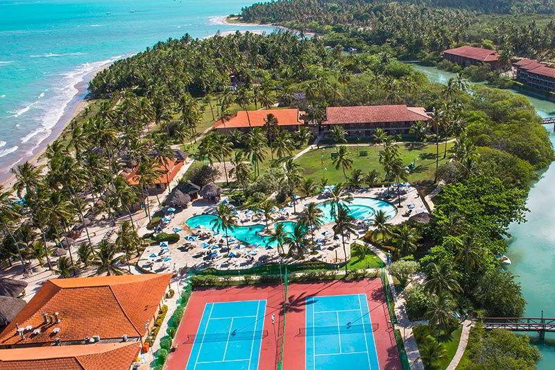 Vista aérea Salinas Maragogi com detalhes das quadras poliesportivas e piscina